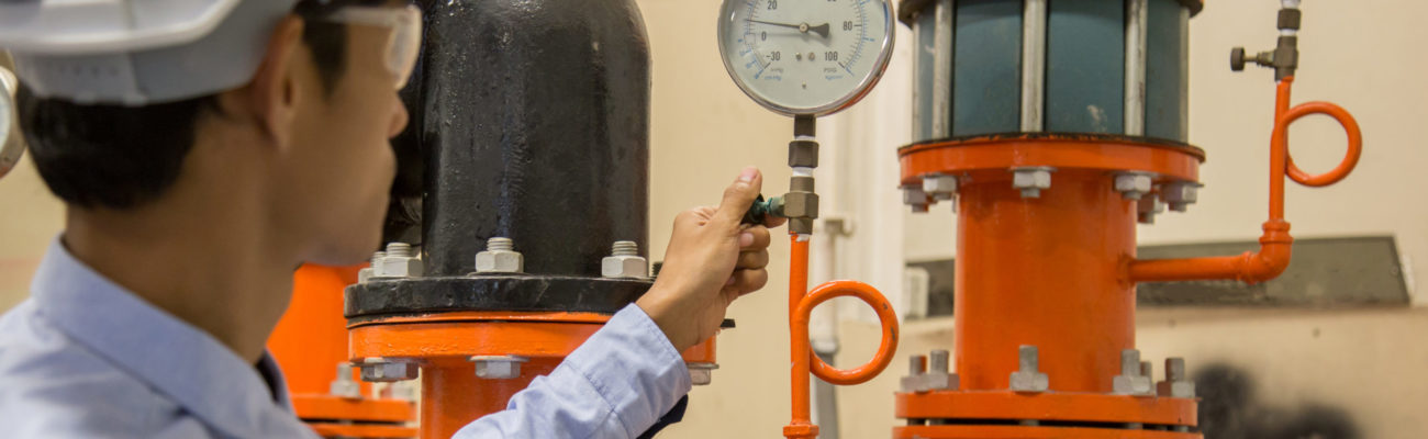 Engineer,Checking,Condenser,Water,Pump,And,Pressure,Gauge,,,Chiller